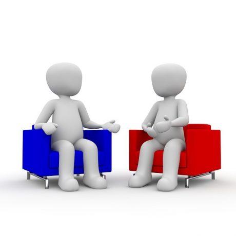 deux invividus assis qui parlent